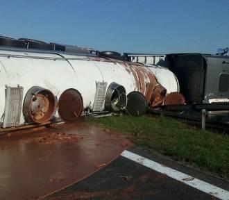 Tony czekolady na drodze - na A2 przewróciła się ciężarówka z czekoladą. Zobacz film z miejsca zdarzenia!