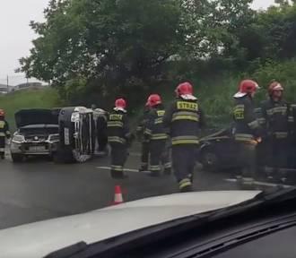 Sosnowiec: Wypadek na zakręcie mistrzów [ZDJĘCIA]. Zderzenie czterech samochodów, jeden dachował