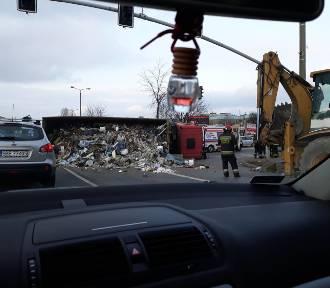 Sosnowiec: Wywróciła się ciężarówka ze śmieciami, zablokowana droga do Dąbrowy Górniczej [ZDJĘCIA]
