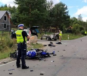 Pod Parchowem motocykl uderzył w przyczepkę auta
