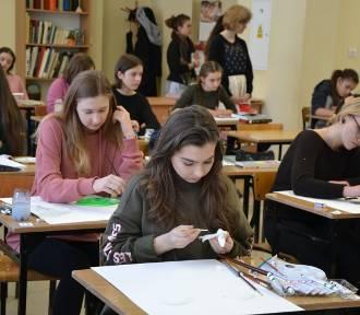 Gimnazjaliści ze szkół regionu na konkursie plastycznym w Wodzisławiu