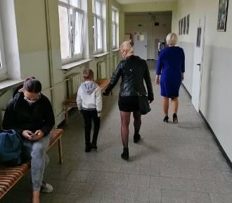 W szkołach przybywa zakażonych nauczycieli i uczniów. Jak sobie radzą placówki?