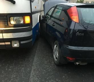 Wypadek w Kuźni Raciborskiej. Ford zderzył się z autobusem [ZDJĘCIA]