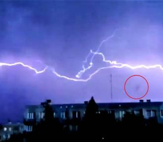 Dziwne zjawisko podczas burzy w Rzeszowie. Ciemny obiekt unosił się nad blokami