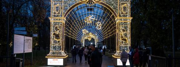 Jeśli jeszcze tego nie zrobiliście - musicie koniecznie nadrobić zaległości i wpaść do Wilanowa. Królewski Ogród Światła można odwiedzać codziennie aż do 3 marca 2019, w godz. 16-21.  Mappingi na fasadzie pałacu można oglądać we wszystkie soboty i niedziele (poza 24, 25, 31 grudnia), godz. 17.30, 18.30, 19.30, 20.30. Wstęp kosztuje od 10-20 zł za osobę dorosłą i 5-10 zł za bilet ulgowy.
