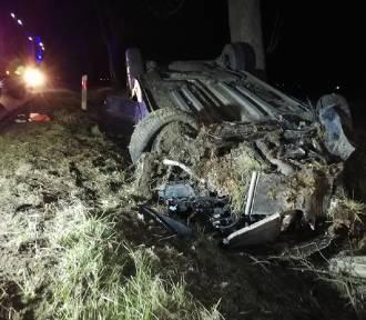 Groźny wypadek w Polskiej Wsi. W środku znajdował się poszkodowany pasażer natomiast kierowca