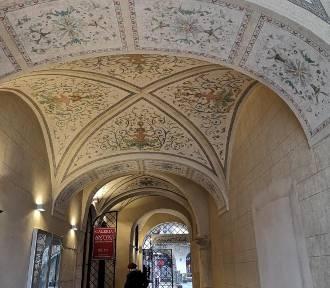 Sień kamienicy Pod Blachą przy krakowskim Rynku odzyskała swoje polichromie [ZDJĘCIA]