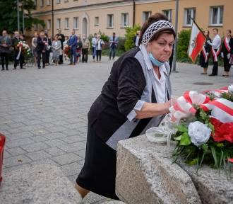 Tarnów. Dzień Sybiraka pod Pomnikiem Ofiar Stalinizmu [ZDJĘCIA]