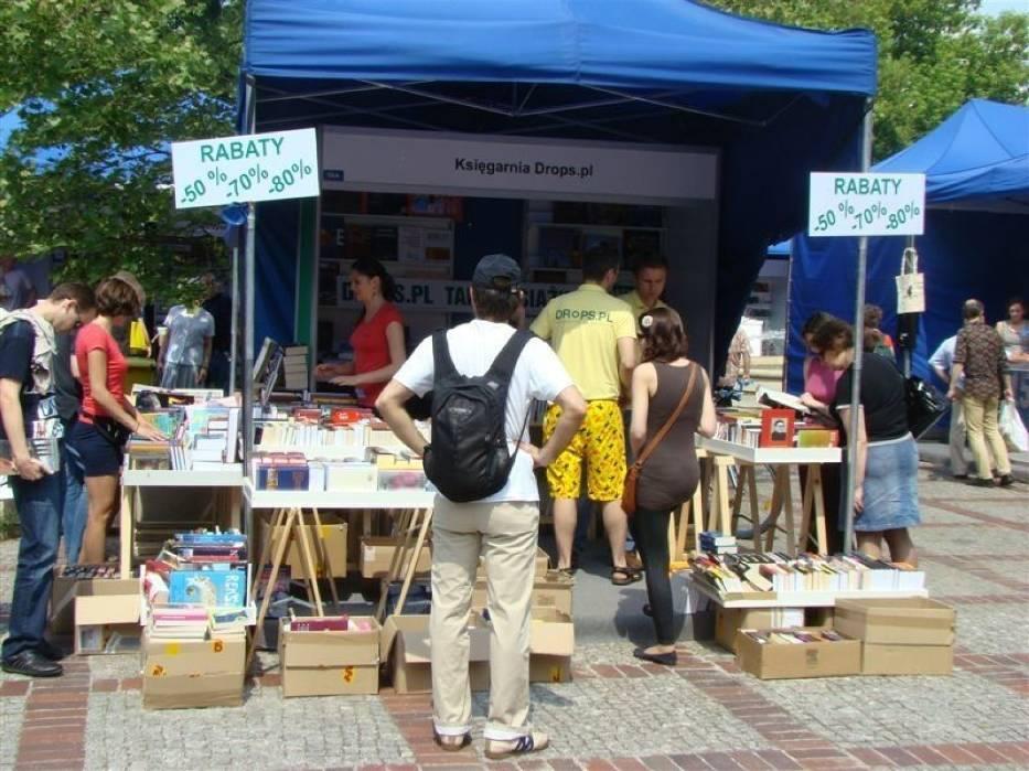Podczas kiermaszu można było zapoznać się z ofertą czołowych wydawców, antykwariatów oraz księgarń