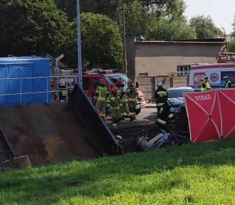 Śmiertelny wypadek na ulicy Lipowej. Kierowca samochodu wjechał pod pociąg