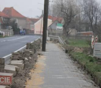 Remont chodnika przy krajówce w Starym Kobylinie [ZDJĘCIA]