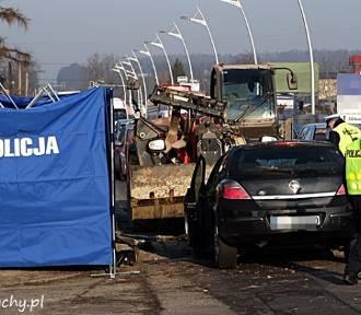 Tragiczny wypadek w Tychach. Opel zderzył się z koparką. Nie żyje kierowca [ZDJĘCIA]