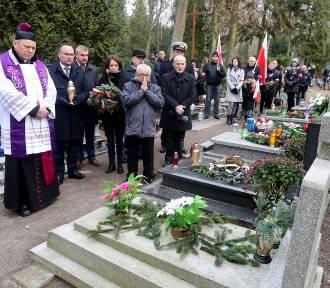 Kwiaty na grobach ofiar Grudnia`70. W poniedziałek główne uroczystości