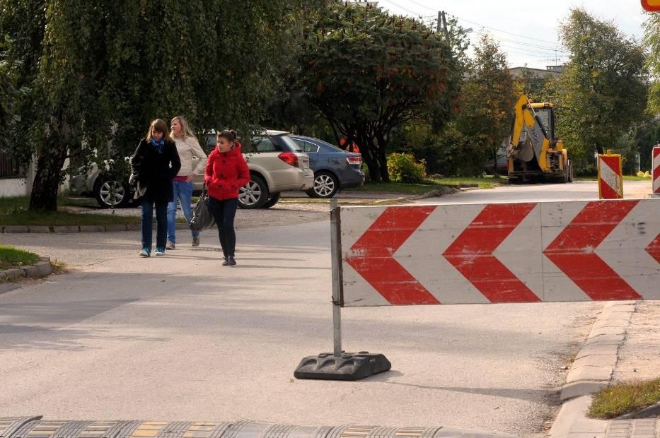 Prace przy układaniu chodnika przy ul
