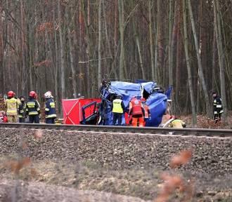 Ciężarówka wjechała pod pociąg Intercity Warszawa-Wrocław. Kierowca zginął na miejscu [ZDJĘCIA]