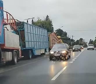 Podpiął do ciężarówki aż dwie przyczepy. Kierowca był zaskoczony, że tak nie wolno