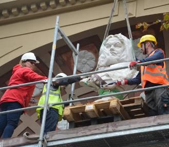Historyczny moment na zdjęciach. Postawili popiersie Gryphiusa nad wejściem do teatru