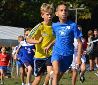 Rozpoczęcie sportowego roku szkolnego w Zduńskiej Woli. Biegi przełajowe na PMOS [zdjęcia]