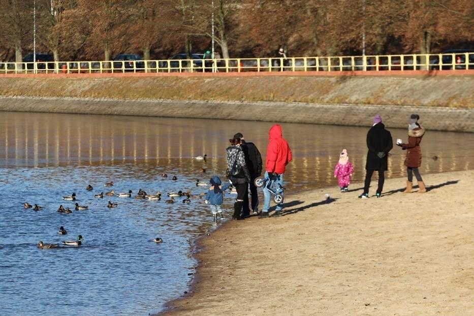 Piękna pogoda w poświąteczną niedzielę przyciągnęła nad zalew Rejów w Skarżysku-Kamiennej mnóstwo osób chcących zażyć świeżego powietrza