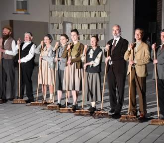 """Teatr upamiętnił spektaklem pomordowanych pacjentów """"Dziekanki"""""""
