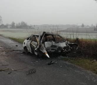 Tragiczny wypadek w powiecie brodnickim. Samochód uderzył w drzewo i spłonął