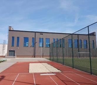 Budowa sali sportowej na finiszu. Na otwarcie będzie trzeba poczekać