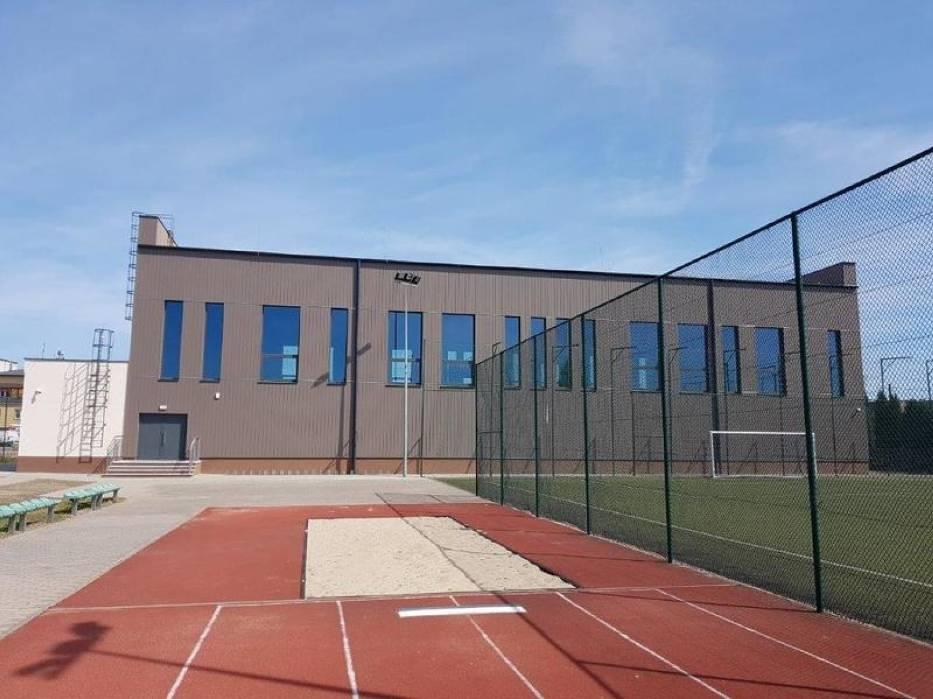 Budowa sali sportowej dobiega końca. Jednocześnie trwa budowa parkingu