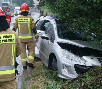 Wypadek na ulicy Poznańskiej w Kaliszu. Auto uderzyło w słup. ZDJĘCIA