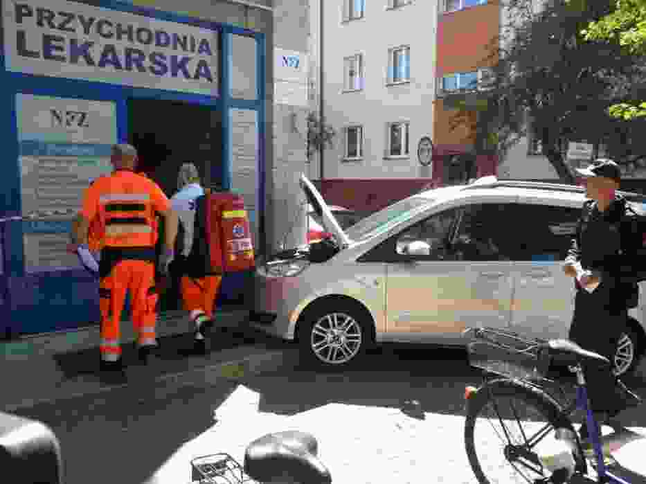 Radomsko: Wjechał fordem w przychodnię