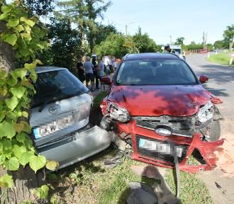 Wypadek w Korzeniewie. 21-latek wjechał w tył drugiego auta [ZDJĘCIA]