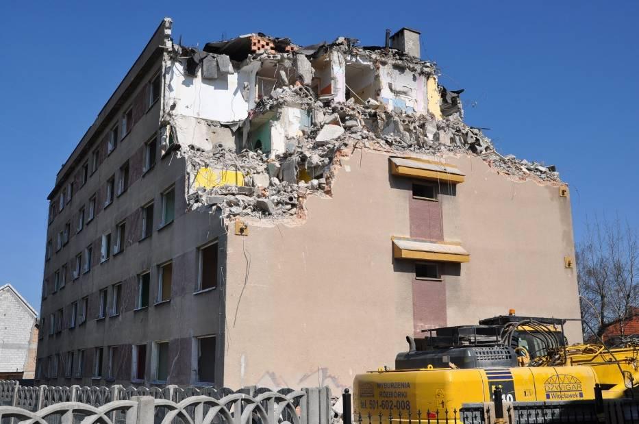 Rozbiórka dawnego hotelu robotniczego przy ulicy Słowiańskiej w Szczecinku, rok 2010. I on zbudowany został na gruntach nienośnych