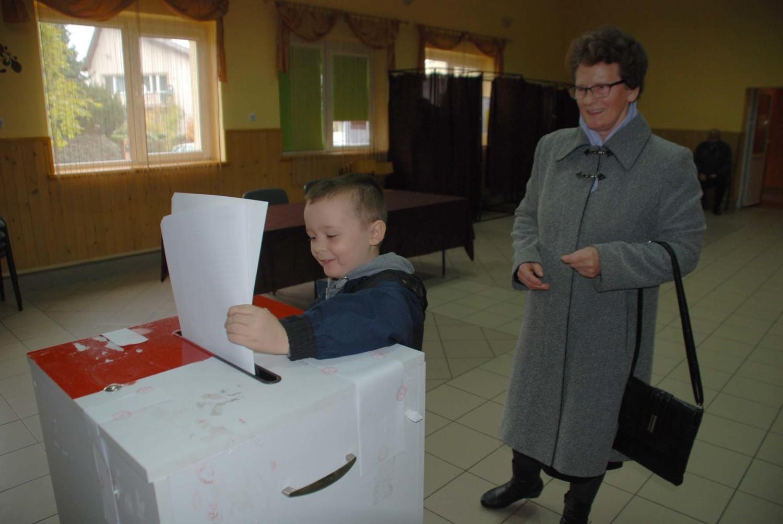 Na zdjęciu:  Topólka -  mały Adaś z Bielk głosuje ze swoją babcią