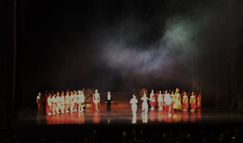 Obsada z dyrygentem podczas oklasków po zakończeniu spektaklu