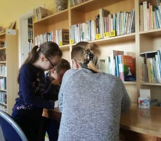 Gmina Stegna. Dzieci spędzają ferie zimowe w Gminnej Bibliotece