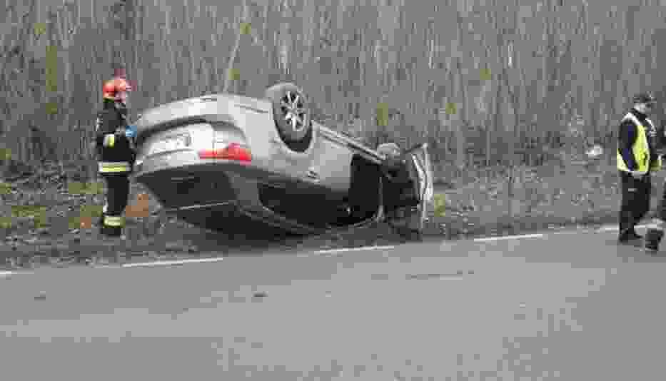W Skarszewie pod Kaliszem dachował samochód
