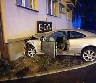 Mercedes wbił się w blok przy Wierzbowej