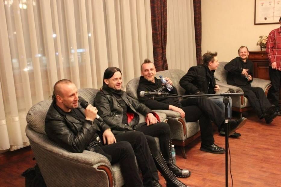 """Od lewej Marcel """"Marschal"""" Różanka, Michał """"Mody"""" Stawiński, Bronek """"Bronix"""" Lewandowski, Mateusz """"Termit"""" Buhl, Wojtek """"Jaś"""" Jasielski, nieobecny Tomek """"Vysnafca"""" Dyrda"""
