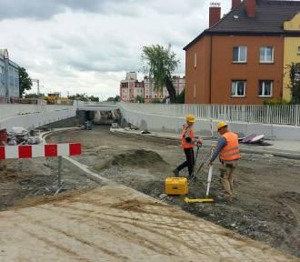 Kościan. Trwa budowa tunelu na ulicy Młyńskiej i prace na torowisku [ZDJĘCIA]