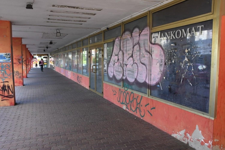 Opuszczone lokale na parterze biurowca przy Sienkiewicza 76