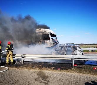 Wypadek samochodu ciężarowego i osobówki w gminie Skępe. Auta spłonęły