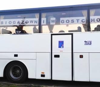 Mieszkańcy okleili swoje samochody i... autobus hasłami przeciwko biogazowni