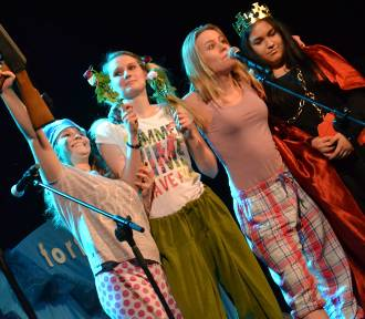 Skecze kabaretu Potem na scenie w Żorach! Młodzież z Tischnera i znani żorzanie w spektaklach [ZDJĘCIA]