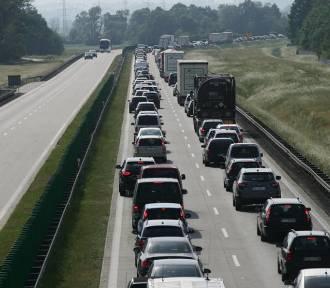 Ogromny korek na autostradzie A4. Wypadek i roboty drogowe