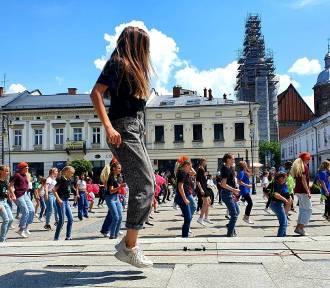 Na rynku tańczyły tłumy. Sądeczanie włączyli się w akcję Jerusalem Dance Challenge