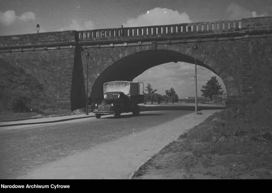 Ciężarków marki Ford pod mostem Poniatowskiego