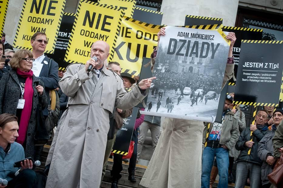 """""""Nie oddamy wam kultury"""". Znani aktorzy i artyści protestowali przed PKiN [ZDJĘCIA]"""