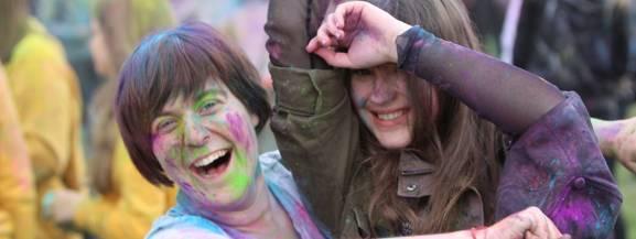 [b]Holi Festival, czyli Święto Kolorów to impreza uwielbiana przez dzieci, młodzież oraz dorosłych. [/b]  W sobotę Błonia Nadwarciańskie zamieniły się jedno z najbardziej kolorowych miejsc na ziemi! Na czym polega zabawa? Festiwal kolorów to muzyczna impreza, podczas której w powietrze wyrzucane są (dosłownie!) kolorowe proszki. Uczestnicy chętnie się nimi malują i wysypują na swoich bliskich.   To nie pierwszy raz, kiedy gorzowianie mieli okazję, by bawić się na tej kolorowej imprezie. Każdego razu pojawiają się na niej też całe rodziny. To świetna rozrywka dla najmłodszych. Zobaczcie, jak wyglądała ta kolorowa zabawa!  [b]Zobacz też: PolAndRock Festiwal 2019 (Woodstock) w Kostrzynie nad Odrą[/b] <script class=