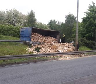 Wypadek w Sosnowcu: przewrócona naczepa pełna drewna na DK 94 [ZDJĘCIA]