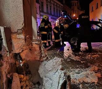 Nocny wypadek w Zbąszyniu. Auto uderzyło w sklep! [NOWE INFO i ZDJĘCIA