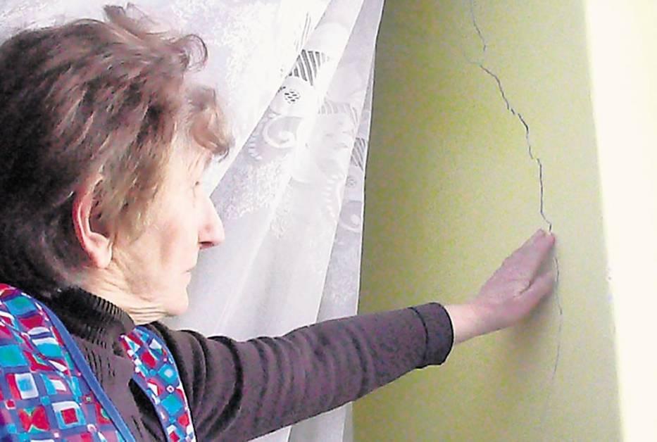 Halina Hałada z Chabielic na ścianie swojego domu odkryła kilka rys